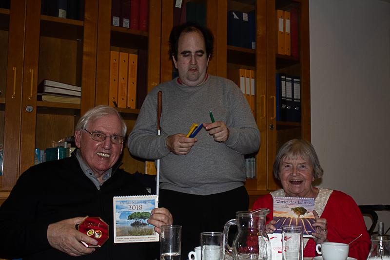 C&B Adventfeier 02.12.2017 Markus bedankt sich bei Gerti und Horst für Ihre Mitarbeit im Trägerkreis